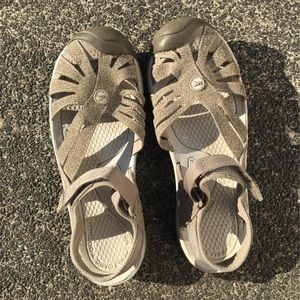 KEEN Rose close-toed sandals size 9